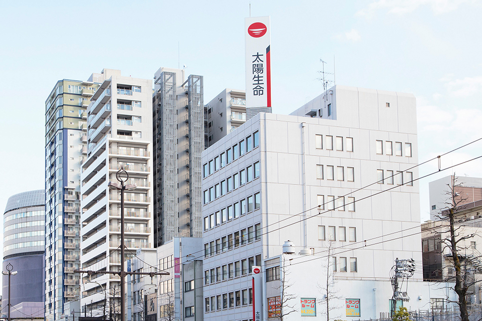 かたやま総合法律事務所 岡山シンフォニーホールから徒歩1分 桃太郎大通り沿い太陽生命ビル5階と岡山駅からのアクセスもよく、お車でなくてもお越しいただけます。